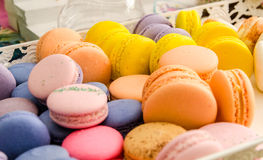 Variedad de macarrones coloridos dulces Imagenes de archivo