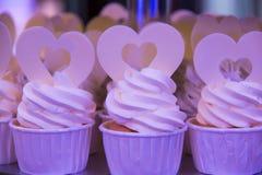 Variedad de magdalenas de una comida fría del postre en una boda Imágenes de archivo libres de regalías