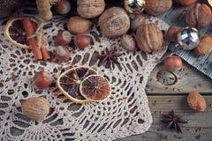 Variedad de nueces en la decoración de la Navidad y del Año Nuevo Foto de archivo