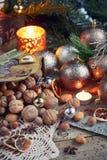 Variedad de nueces en la decoración de la Navidad y del Año Nuevo Fotos de archivo libres de regalías
