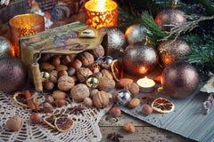 Variedad de nueces en la decoración de la Navidad y del Año Nuevo Imagen de archivo