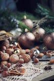 Variedad de nueces en la decoración de la Navidad y del Año Nuevo Foto de archivo libre de regalías