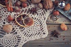 Variedad de nueces en la decoración de la Navidad y del Año Nuevo Imagen de archivo libre de regalías