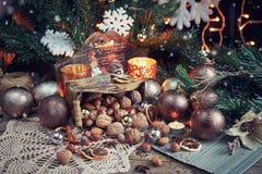 Variedad de nueces en la decoración de la Navidad y del Año Nuevo Imágenes de archivo libres de regalías