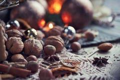 Variedad de nueces en la decoración de la Navidad y del Año Nuevo Fotografía de archivo