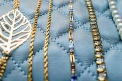 Variedad de oro, de piedra preciosa, y de pulseras de la perla Fotografía de archivo libre de regalías