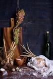 Variedad de pan con el vino y las uvas frescas Sistema de la gastronomía Fotos de archivo