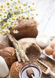 Variedad de pan, de rollos, de leche y de miel Imagenes de archivo