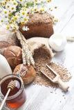 Variedad de pan, de rollos frescos, de leche y de miel Imagen de archivo libre de regalías