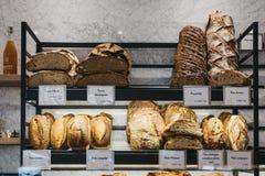 Variedad de pan fresco del artesano en venta en un boulangerie de la panadería en París, Francia imagen de archivo