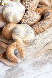 Variedad de pan, rollos frescos Fotos de archivo libres de regalías