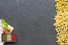 Variedad de pastas, de pesto, de hierbas y de especias italianos Copie el espacio Imagenes de archivo