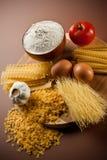 Variedad de pastas y de ingredientes secados Fotografía de archivo libre de regalías