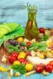 Variedad de pastas y de verduras crudas Foto de archivo libre de regalías