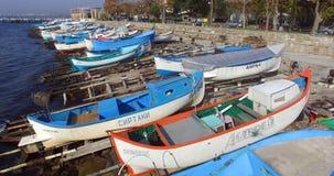 Variedad de pinturas de los barcos de pesca en el Pomorie búlgaro Imagen de archivo