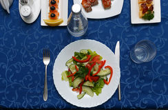 Variedad de platos deliciosos en las placas en mantel azul en el restaurante Imagenes de archivo