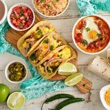 Variedad de platos mexicanos de la cocina en una tabla Fotografía de archivo libre de regalías