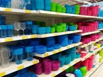 Variedad de platos plásticos coloridos imagen de archivo libre de regalías