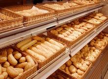 Variedad de productos cocidos al horno en un supermercado Fotografía de archivo