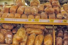 Variedad de productos cocidos al horno en un supermercado Imagen de archivo libre de regalías