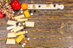 Variedad de queso y de frutas frescas en la tabla rústica Foto de archivo libre de regalías