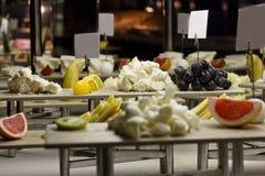 Variedad de quesos y de frutas Tarjetas para escribir en soportes fotos de archivo libres de regalías