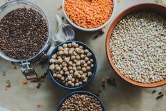 Variedad de semillas de la haba en un cuenco En fondo rústico Fotos de archivo libres de regalías