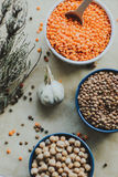 Variedad de semillas de la haba en un cuenco En fondo rústico Fotografía de archivo