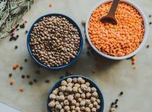 Variedad de semillas de la haba en un cuenco En fondo rústico Foto de archivo libre de regalías
