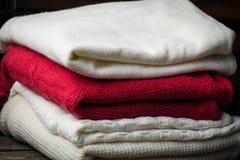 Variedad de suéteres hechos punto del invierno Imágenes de archivo libres de regalías