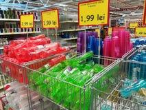 Variedad de tazas plásticas coloridas fotos de archivo