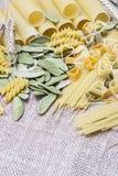 Variedad de tipos y de pastas del italiano de las formas foto de archivo
