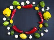 Variedad de verduras crudas, concepto culinario Surtido de verduras y de hierbas en fondo de piedra gris Visión superior Copie el fotos de archivo