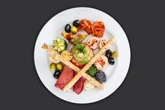 Variedad de verduras en una placa blanca Imagen de archivo
