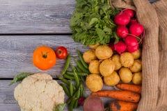 Variedad de verduras frescas sanas en la madera imagenes de archivo