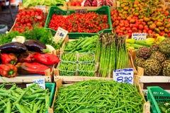 Variedad de verduras para la venta en un mercado en Italia imagen de archivo libre de regalías