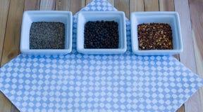 Variedad del condimento de la pimienta en servilleta azul clara del control Fotos de archivo libres de regalías