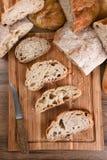 Variedad del pan en tabla de cortar Imagen de archivo libre de regalías