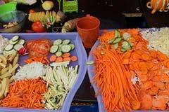 Variedad raspada de verduras en una bandeja plástica imagenes de archivo