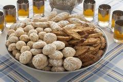 Variedad tradicional de galletas marroquíes con té Imagen de archivo libre de regalías