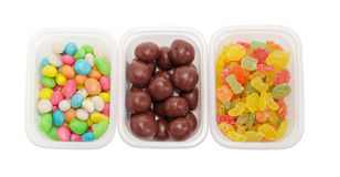 Variedad tres de los caramelos en pequeño primer de los envases de plástico Fotos de archivo libres de regalías