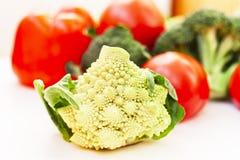 Variedad vegetal en la tabla blanca de madera Selección de las verduras del verano y del otoño, espacio para el texto fotografía de archivo libre de regalías
