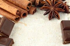 Variedade aromática do chocolate, do anis e da canela no fla branco foto de stock