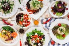 Variedade da configuração do plano das saladas do legume fresco foto de stock royalty free