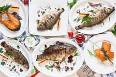 Variedade da configuração fritada do plano dos pratos de peixes Imagens de Stock
