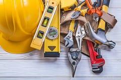 Variedade da construção da correia da ferramenta do couro do trabalho feito com ferramentas da construção ele imagens de stock