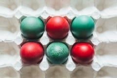 A variedade da cor diferente, fresca, galinha eggs em um fundo cinzento da bandeja Imagens de Stock Royalty Free