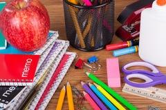 Variedade da escola e dos materiais de escritório Imagem de Stock Royalty Free
