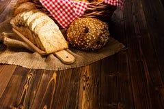 Variedade da padaria na tabela de madeira no fundo escuro Ainda vida da variedade de pão com luz natural da manhã Fotografia de Stock Royalty Free