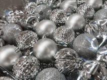 Variedade das bolas de prata do Natal no plástico transparente claro p Fotos de Stock Royalty Free